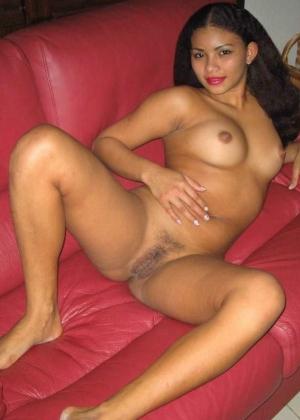 Жгучая латина голая на красном диване