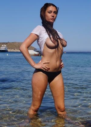 Джулия и две ее подружки голые на пляже