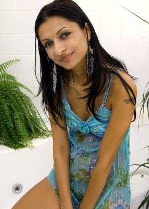 Индианка задрала платье, под которым нет трусиков