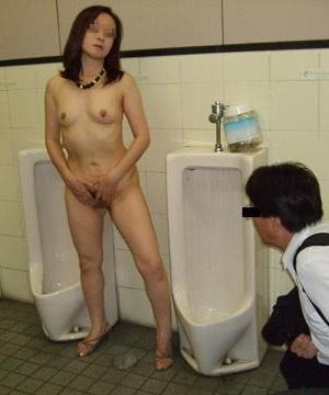 Азиатки в мужском туалете