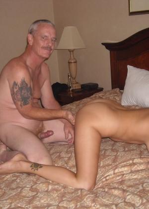 Мужчина в отеле с женой и молодой проституткой
