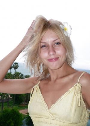 Раскрепощенная блондина в отпуске