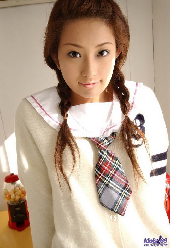 Японская студентка Нао Йошизаки показывает сиськи и пизду