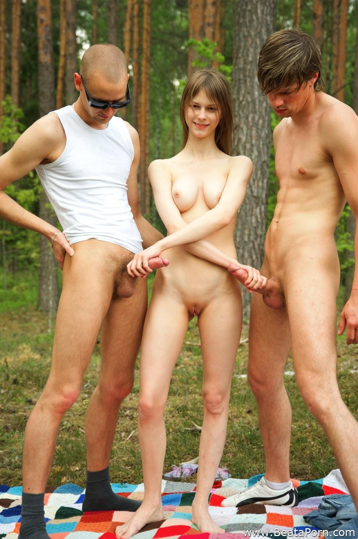 Беата ебется в лесу с двумя парнями