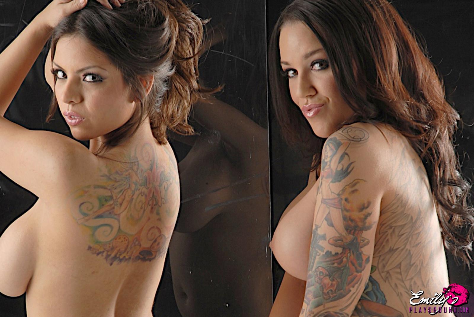 Татуированные подруги показывают тит