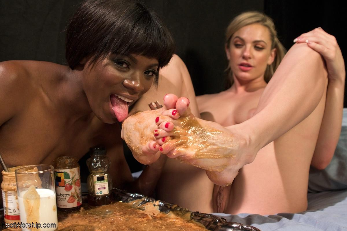 Негритянка и европейка намазали ступни горчицей