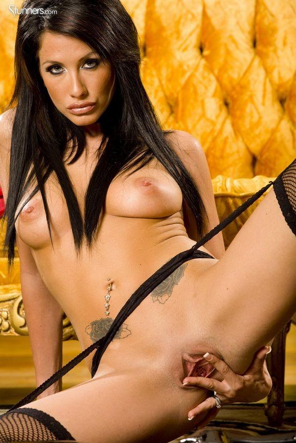 Секси горничная раздевается до гола