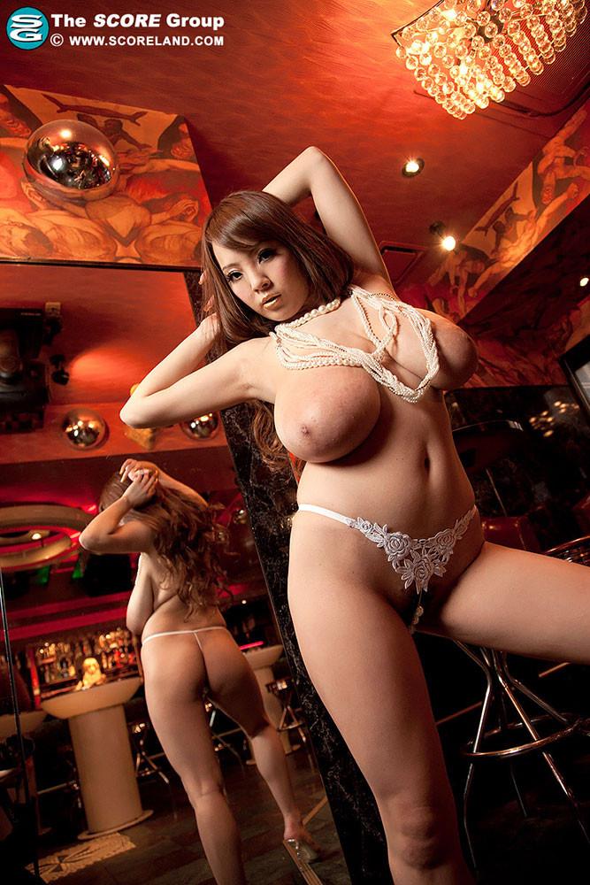 Возбужденная Хитоми Танака показывает свою огромную грудь