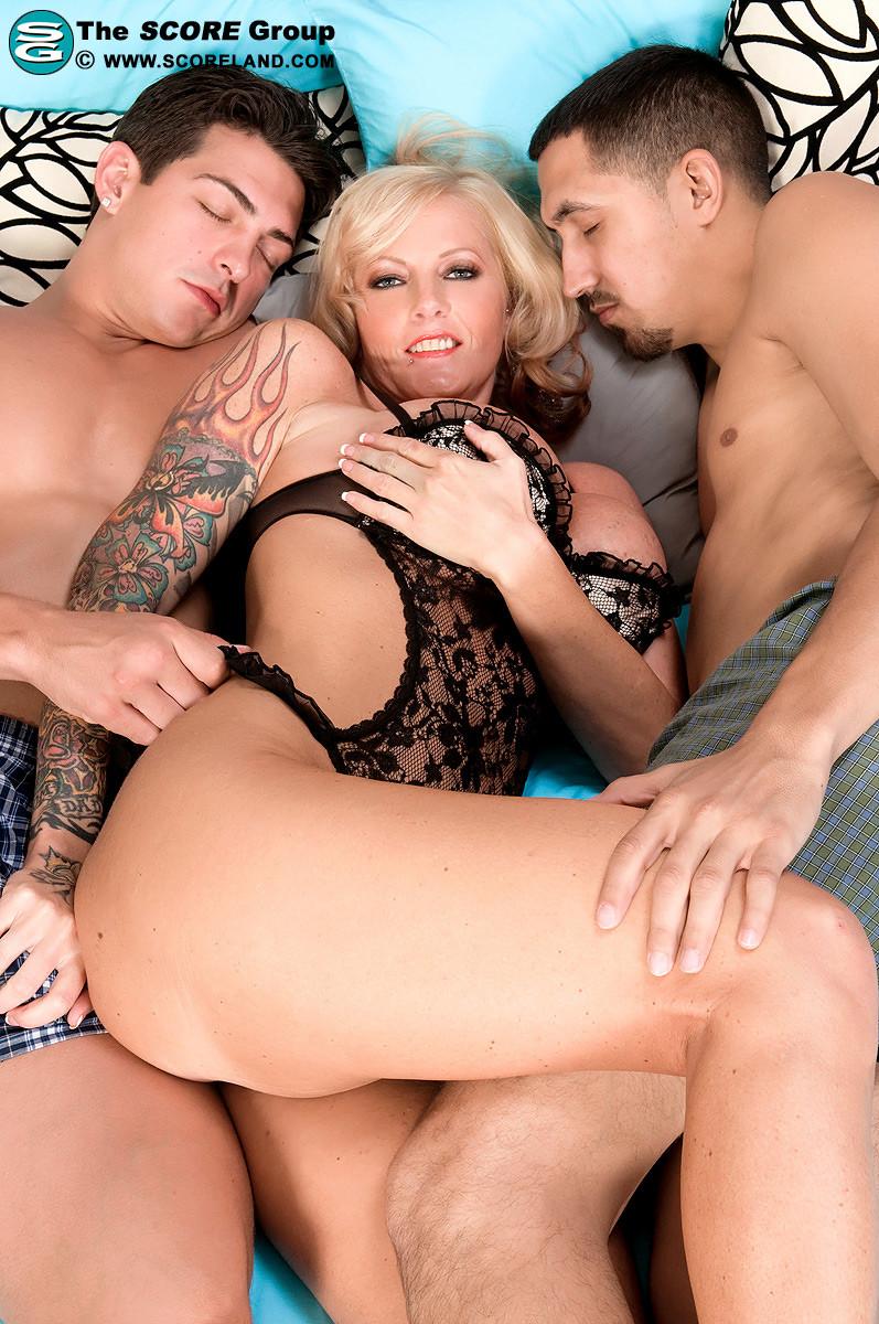 Сабрина Линн с двумя мужчинами