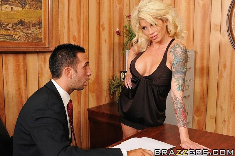 Статная блондинка ебется на столе