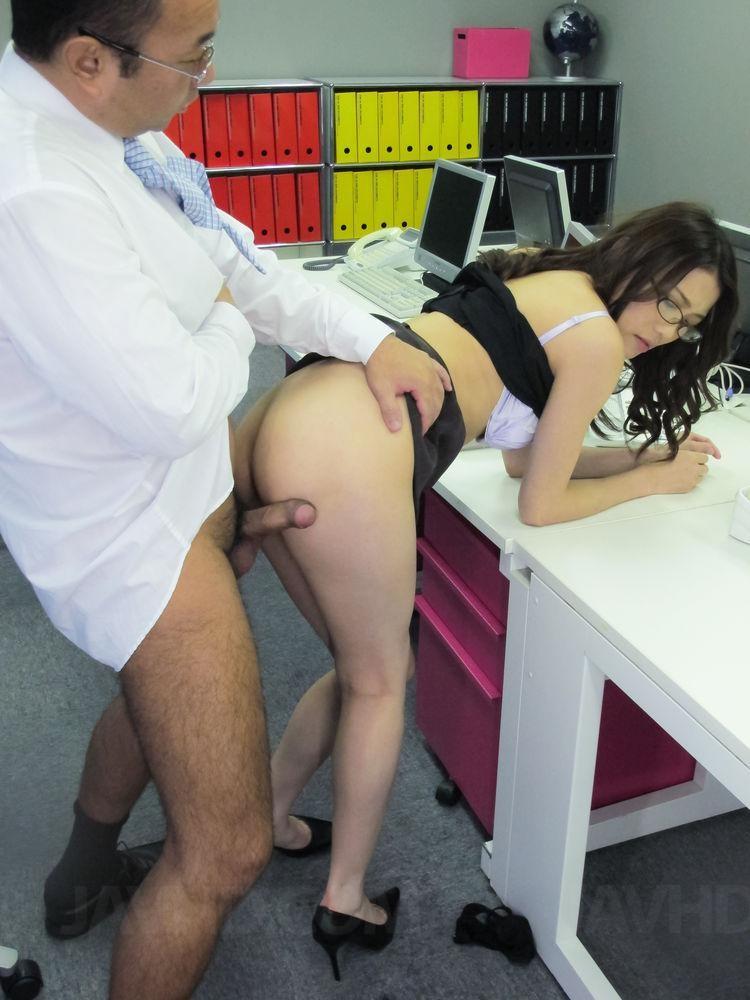 Начальник ебет азиатку в жопу прямо на работе