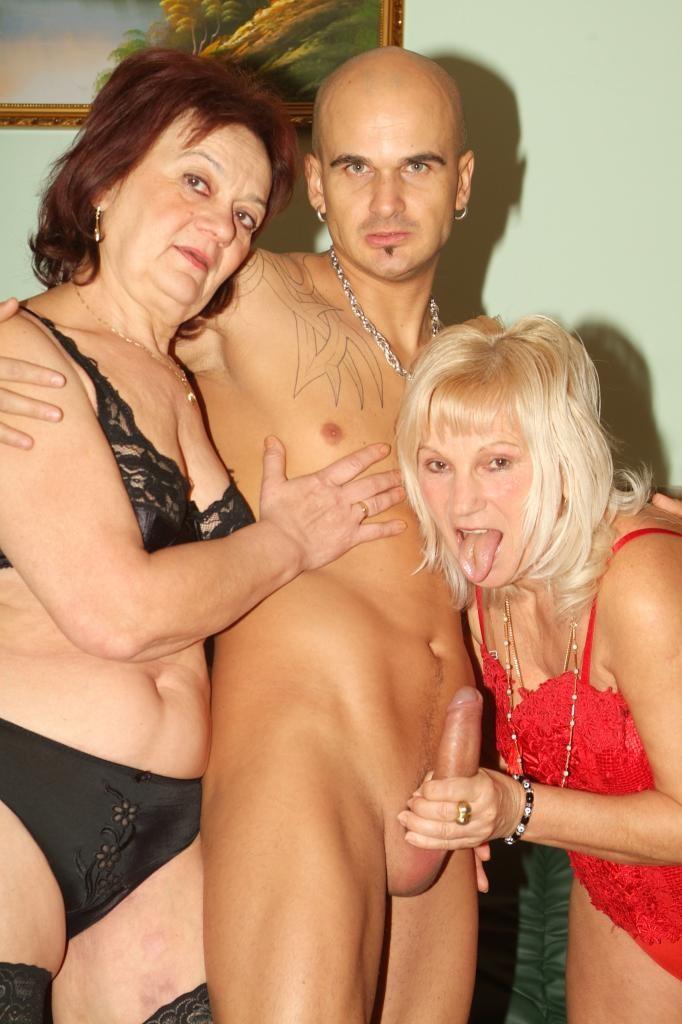 Две старые бабы обсасыват член молодого любовника