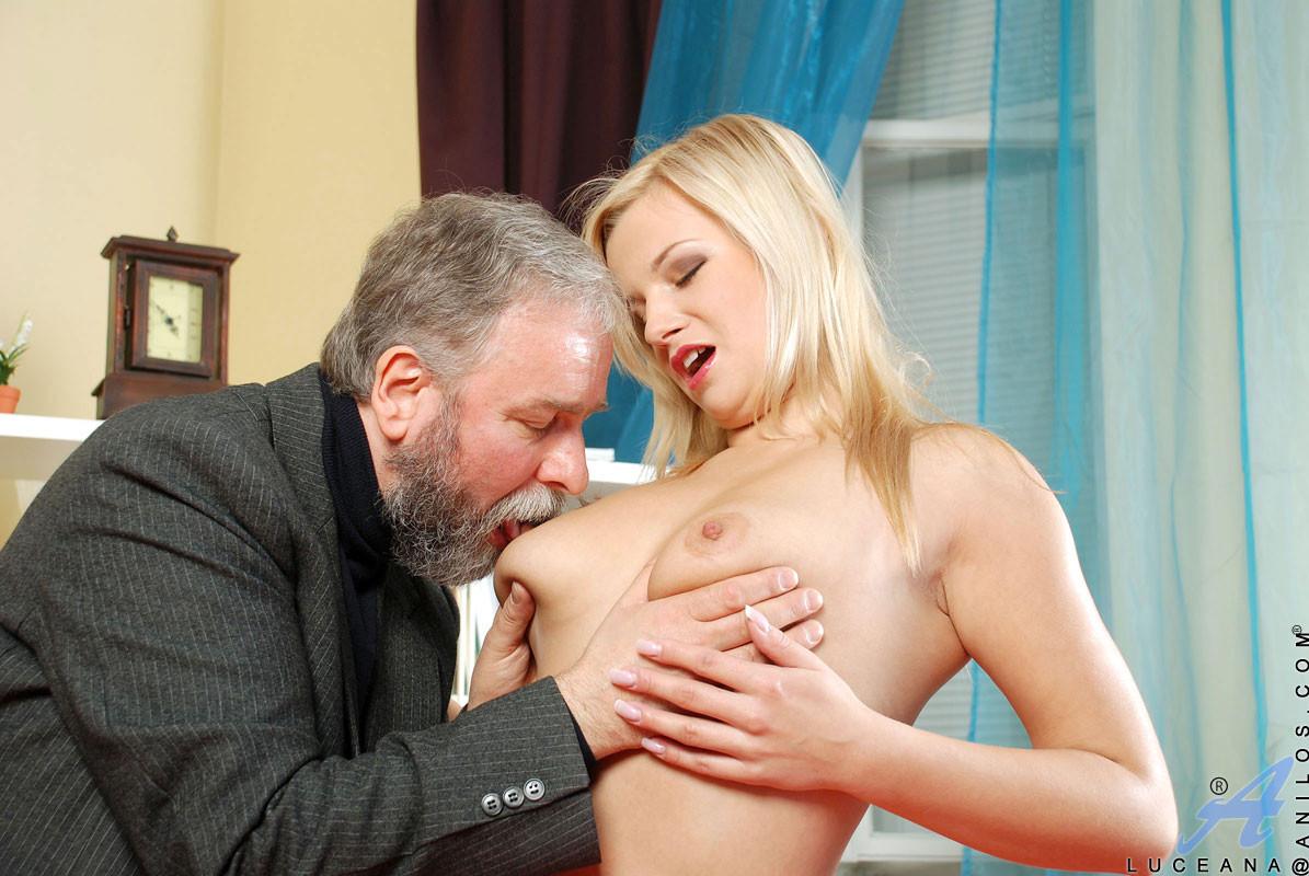 Бородатый старик поимел молодую блондинку во все дырки