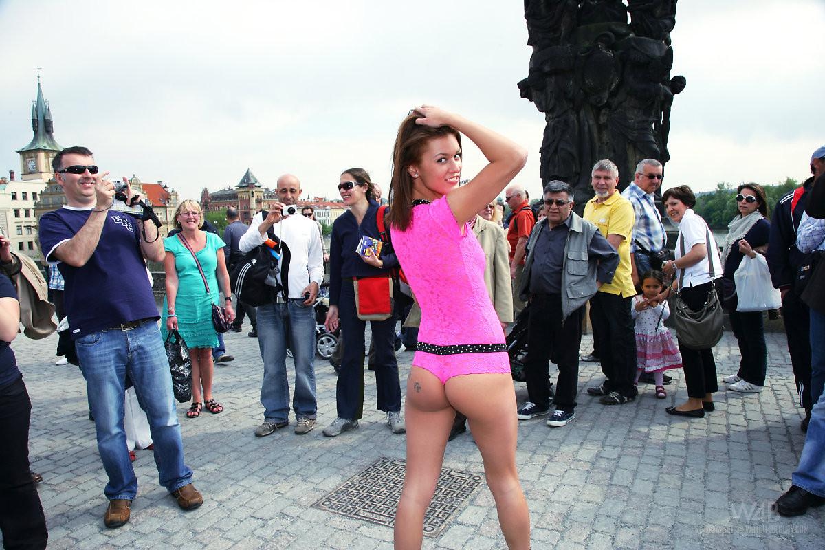Красивая девушка показывает сиськи на улице