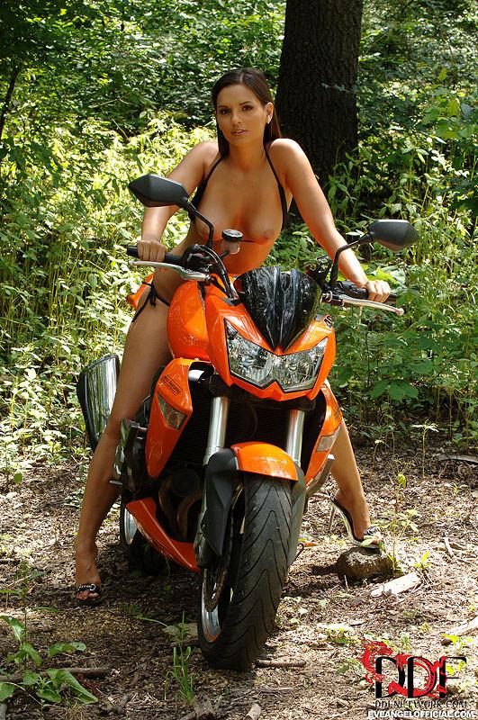 Ошеломительная Eve Angel голая в лесу возле мотоцикла
