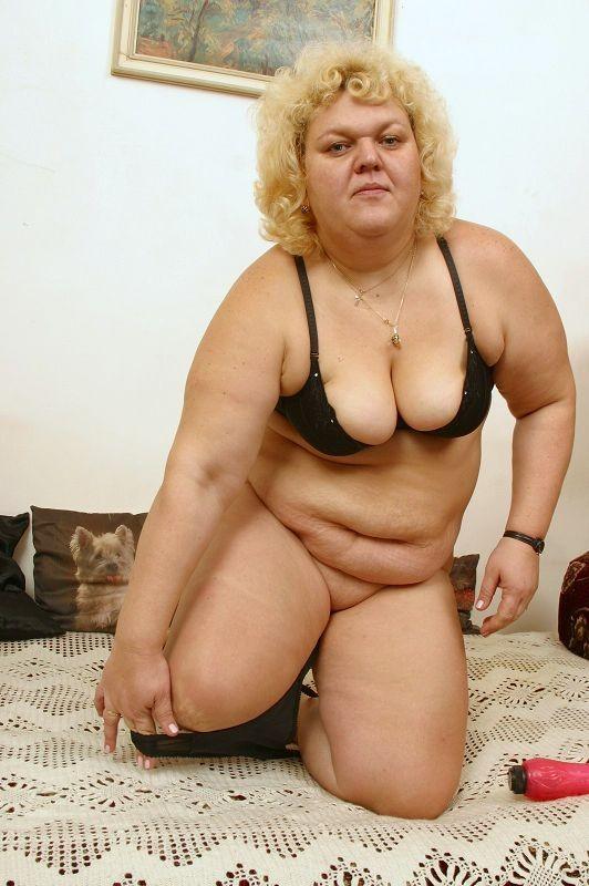 Пожилая жирная блондинка ебет себя красным дилдо в кровати