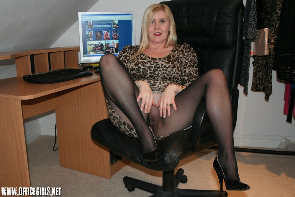 Наташа пришла на работу в черных колготках и без трусов