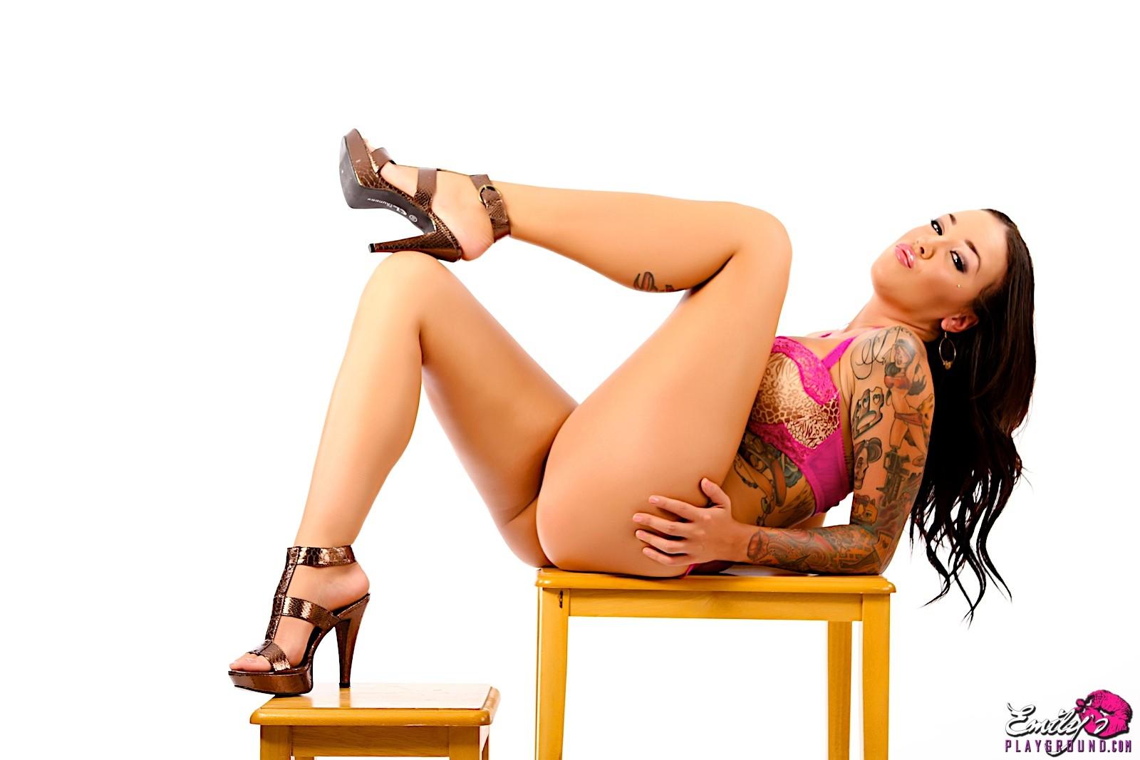 Стриптиз татуированной бляди с хорошим телом