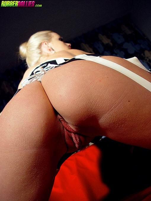 Развратная блондинка сосет собственный каблук