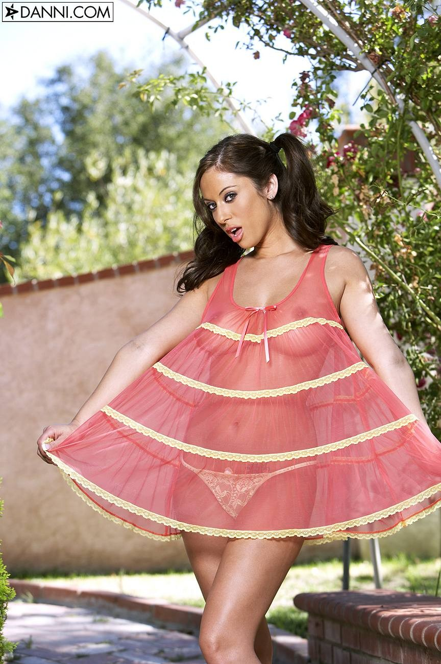 Cassia Riley в прозрачном сарафане