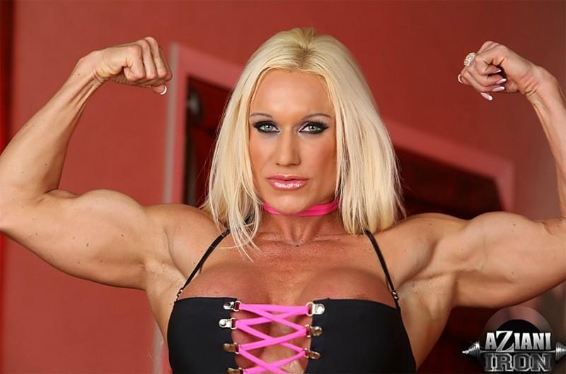 Накаченная блондинка показывает мышцы и пизду крупным планом