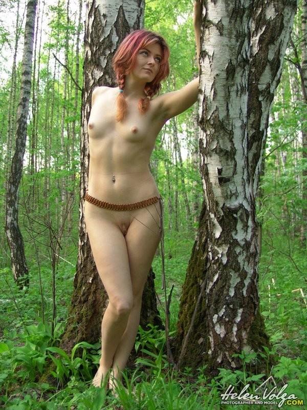 Рыжая с красивой писькой гуляет голая в лесу