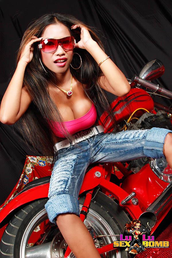 Азиатка показала сиськи на спортивном мотике