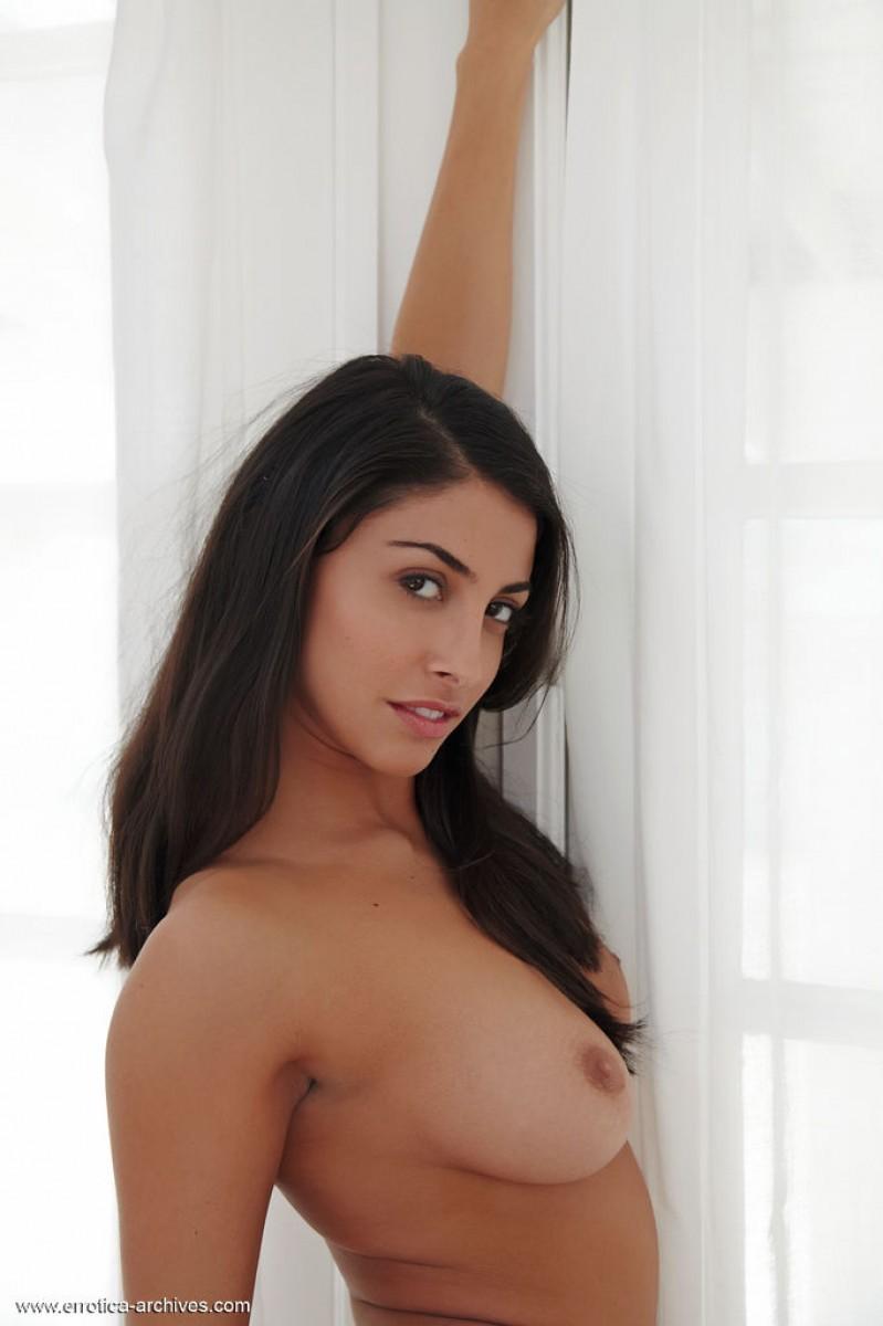 Очень красивая брюнетка сексуально извивается голая
