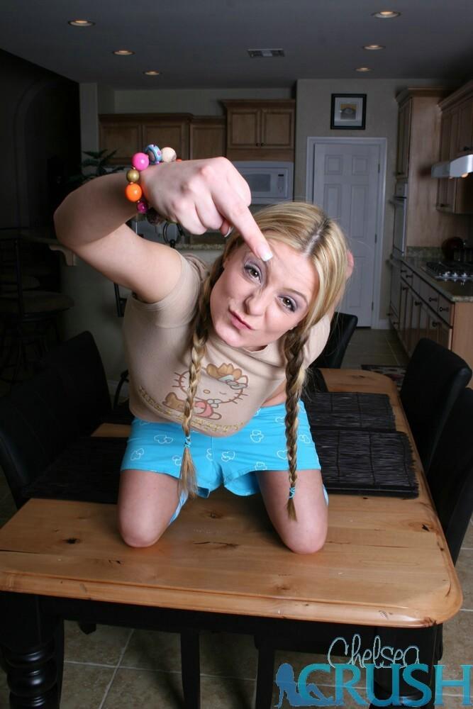 Девка с косами слегка оголила попку и сиськи