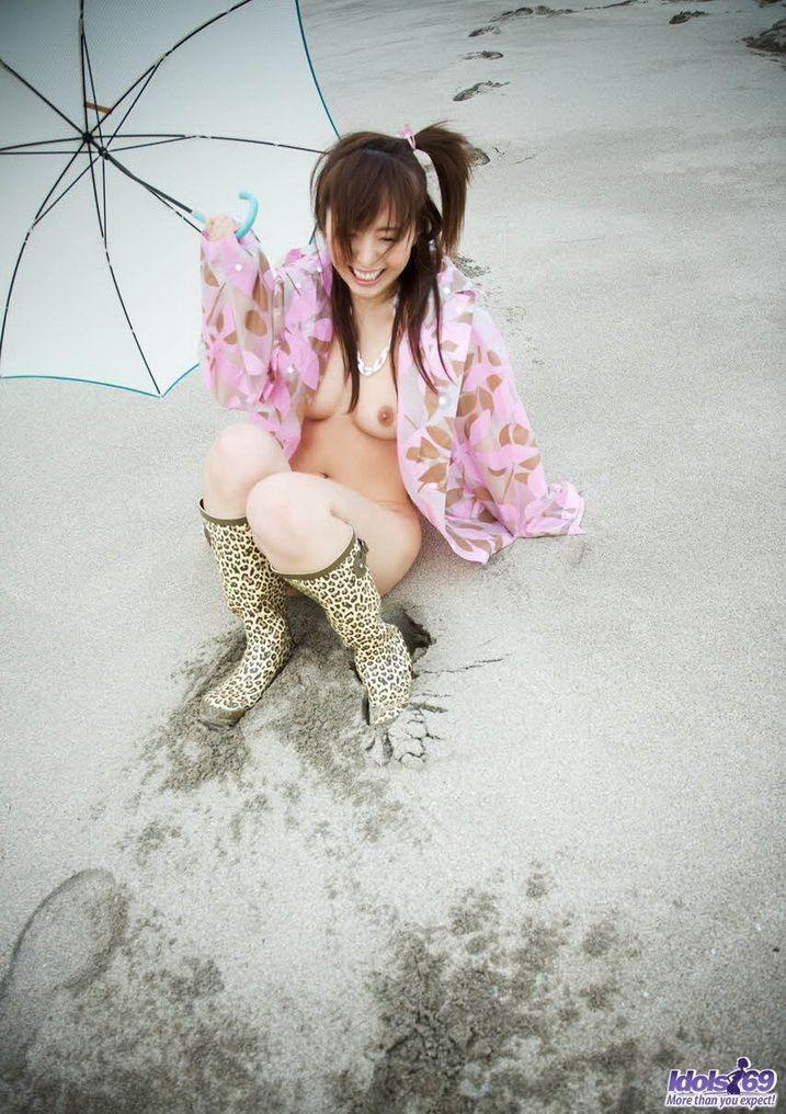 Молодая японка весело бегает голышом по побережью