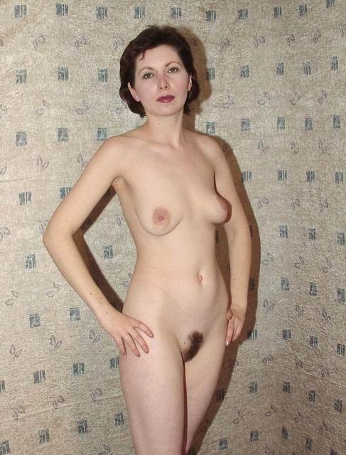 Зрелая дама сняла юбку оголив волосатый лобок
