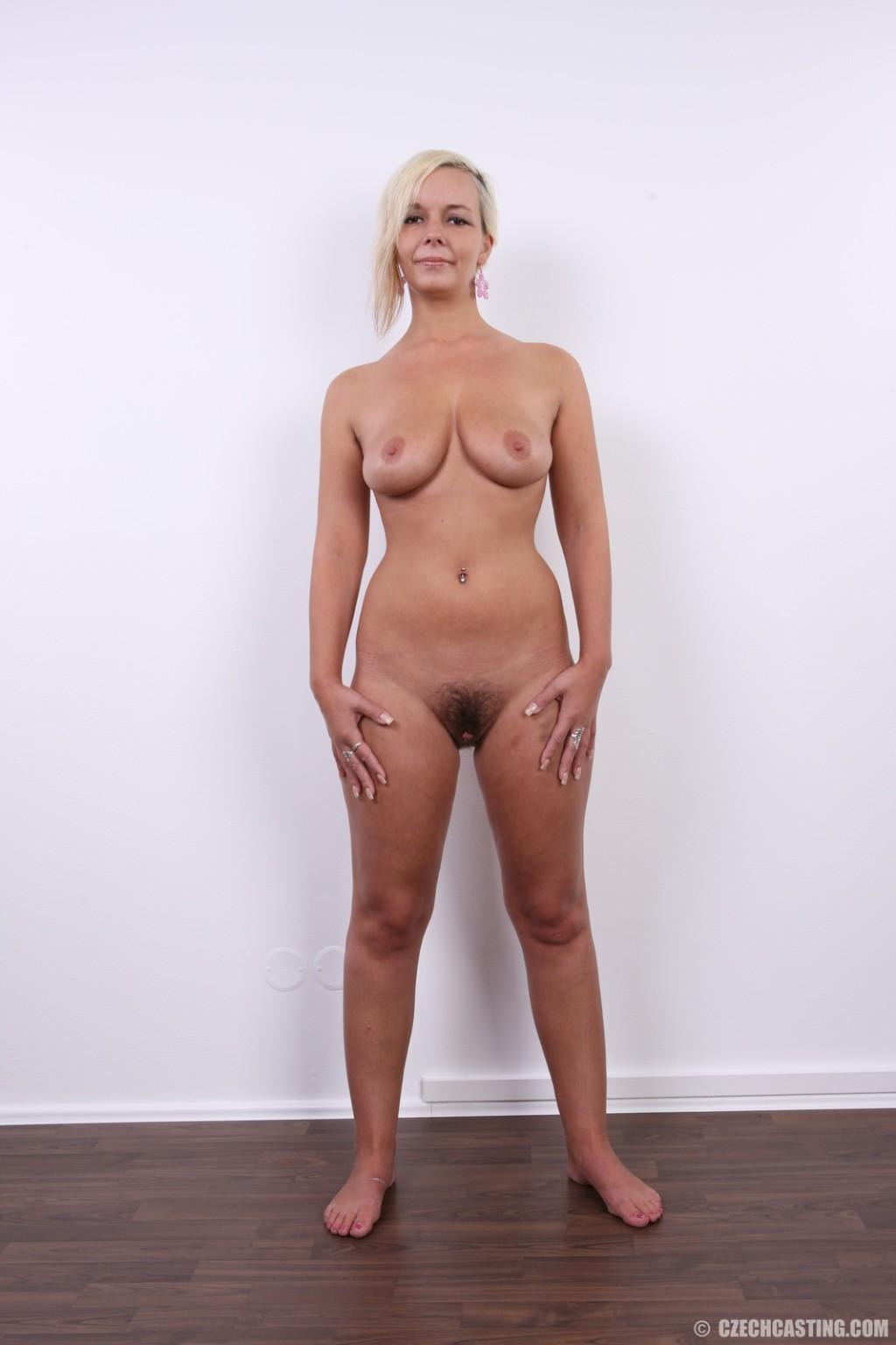 Обычная блондинка обнажается на кастинге