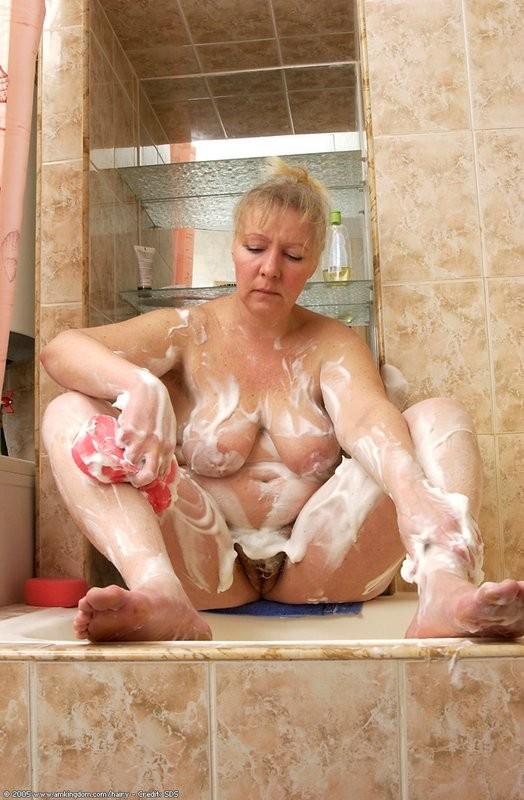 Старые тетки моются в душе — 8