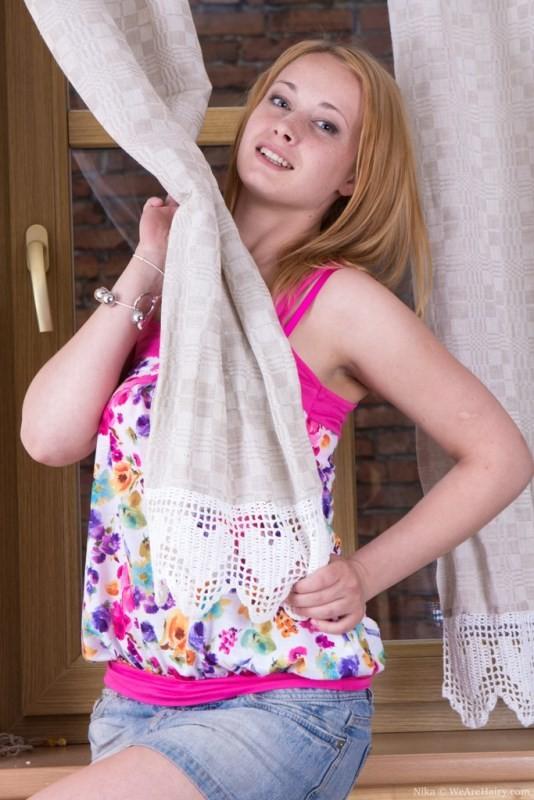 Ника засунула шарики в свою пизду