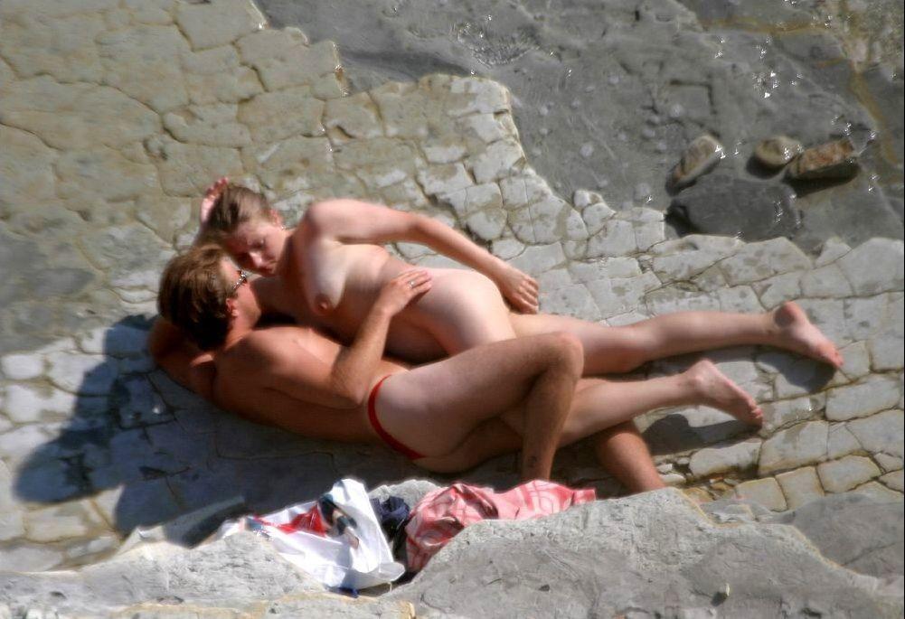Молодые обнаженные пляжницы