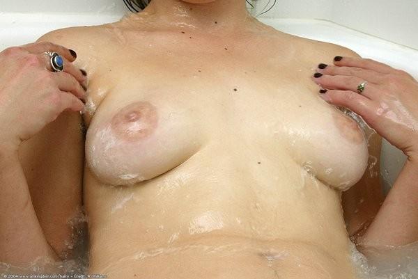 Девушка моет сиськи и волосатые подмышки в ванной