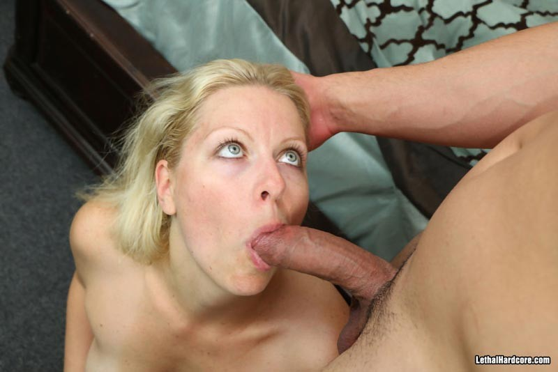 Блондинка в возрасте с наслаждением отсасывает и принимает в себя молодой хуй