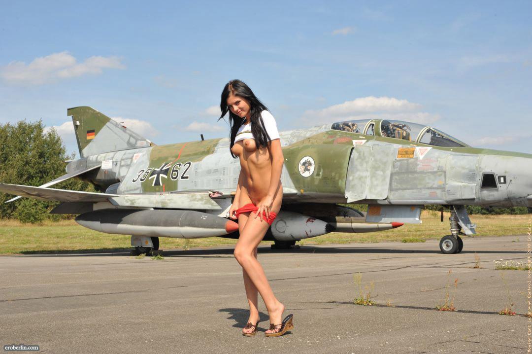 Молодая брюнетка сняла трусы на военном аэродроме