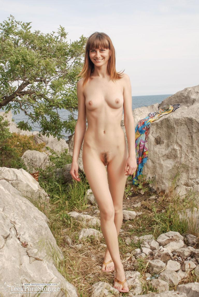 Очень худая деваха разделась на красивом морском берегу