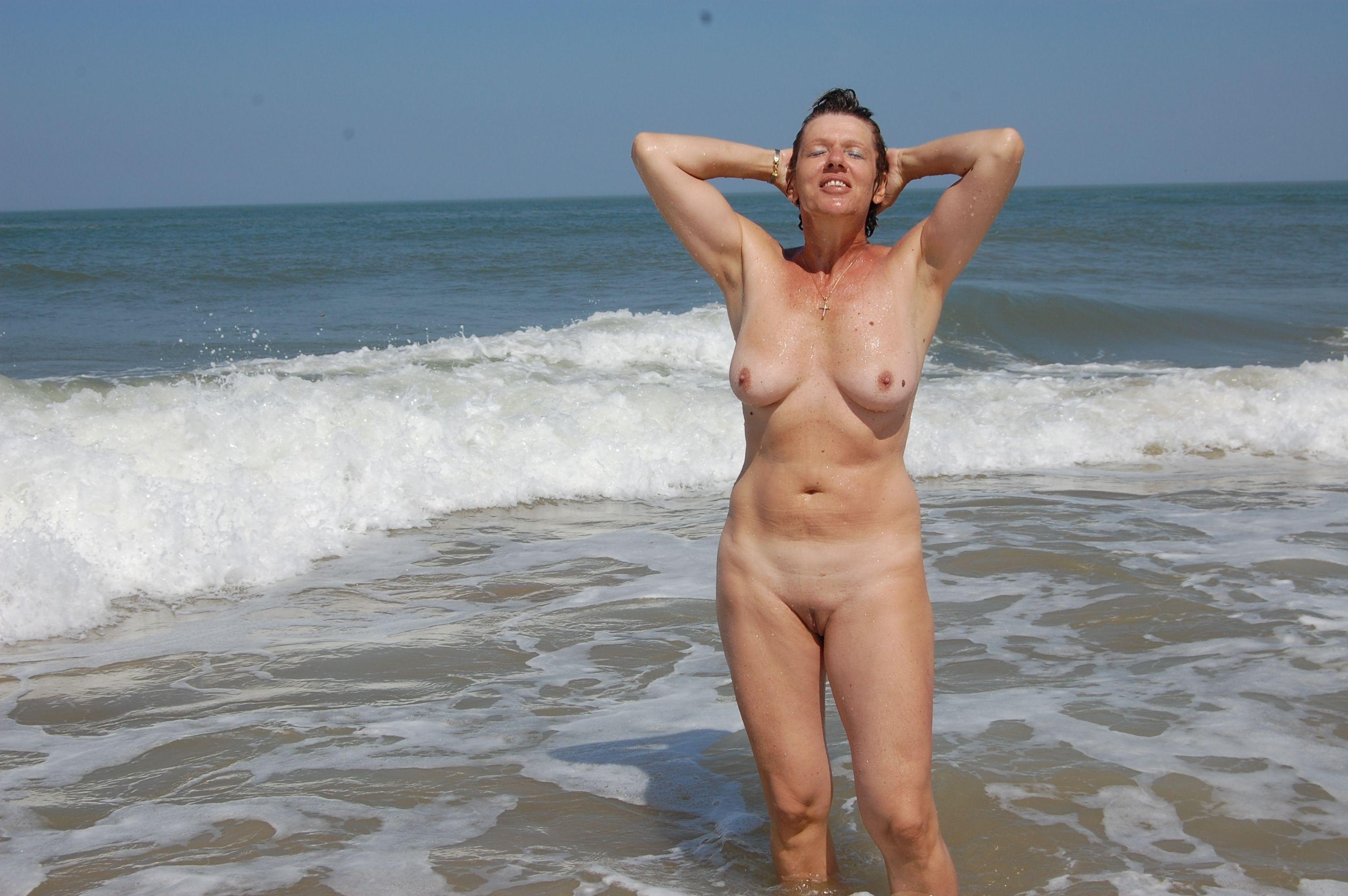 Mature beach wives — pic 2