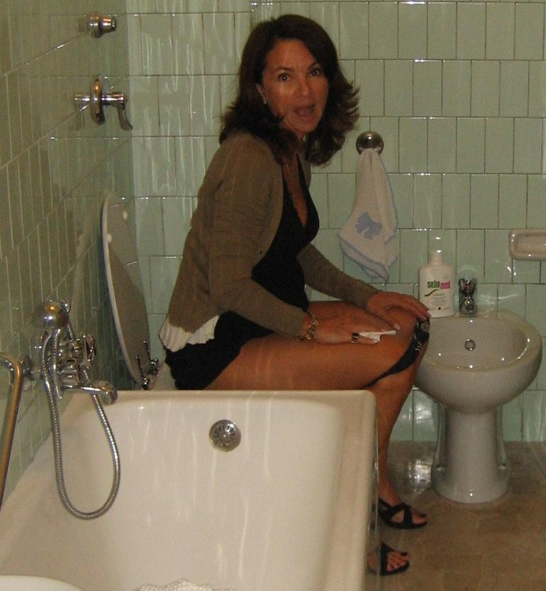 Девушка в туалете по большому 15