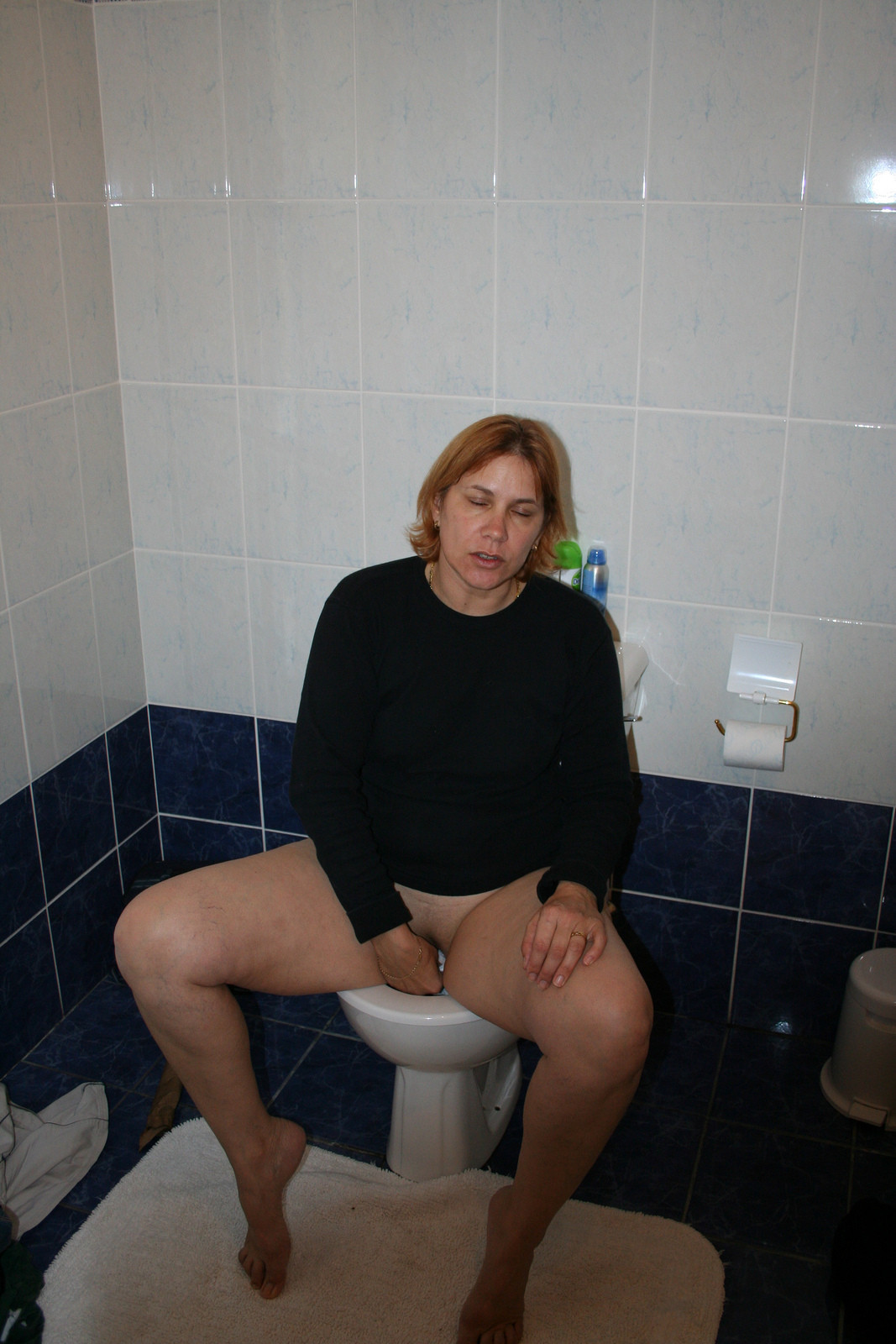 женщина в возрасте в туалете особого труда