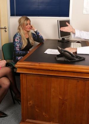Две сучки пососали врачу