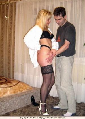 Мужчина сначала лижет ноги женщины, а потом дает ей в рот