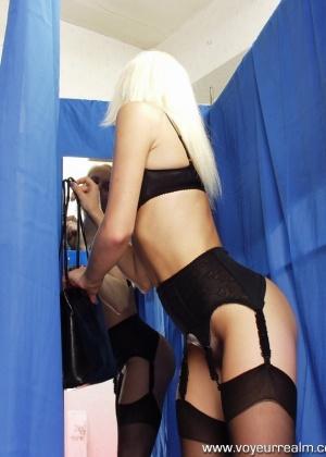Блондинка мастурбирует в примерочной