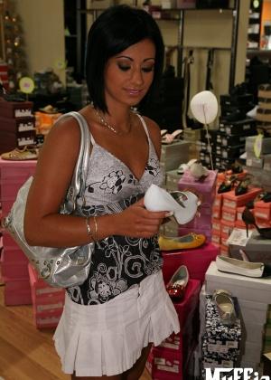 Темноволосая женщина потрахалась в обувном магазине