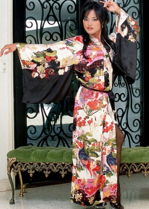 Японская женщина снимает кимоно и мастурбирует