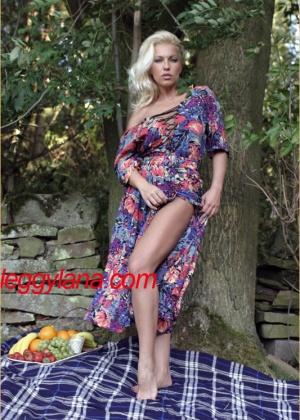 Сисястая блондинка облизывает свои пальцы ног в лесу