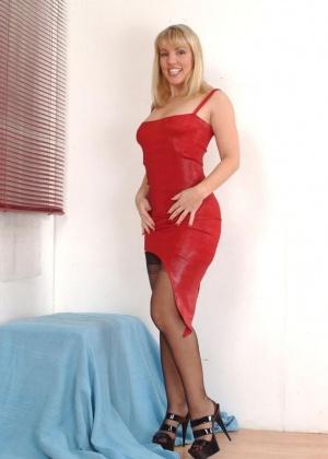 Милфа задрала красное платье и мастурбирует дилдом
