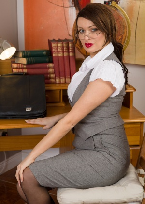 Секси дамочка разделась на работе